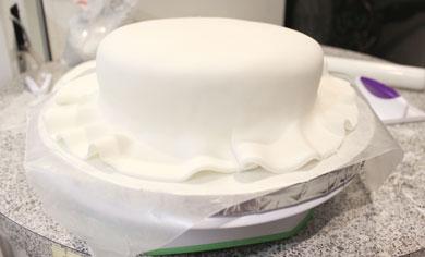 کیک تولد: چگونه روی کیک را با فوندانت بپوشانیم؟