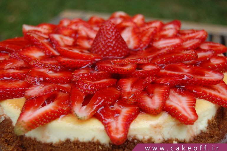 کیک تولد توت فرنگی\n
