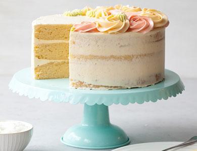 کیک تولد نارگیلی با تزیین گل های خامه ای